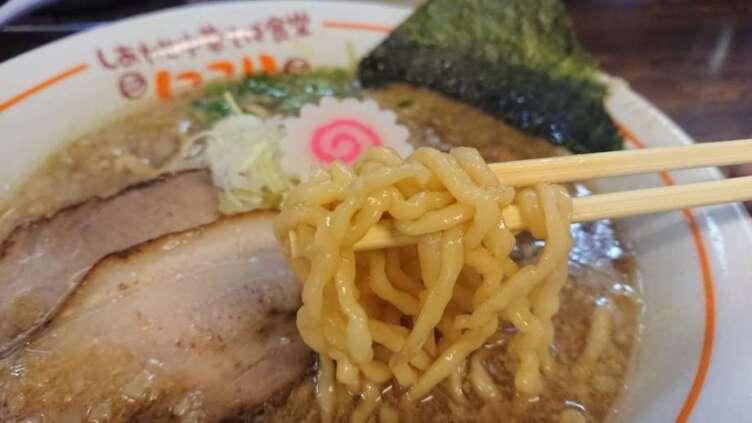 背脂中華そばの麺食べるところ