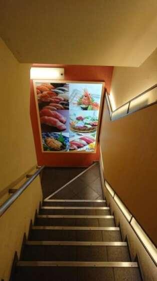 すし椿の地下に続く階段