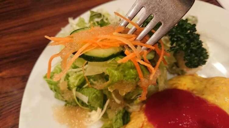 グリーンサラダを食べるところ