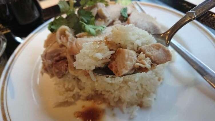 カオマンガイを食べるところ