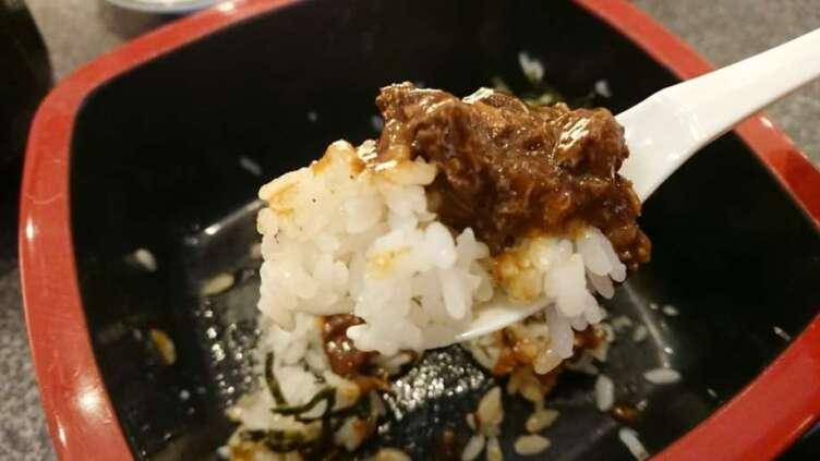 海鮮丼の酢飯でカレーをたべるところ