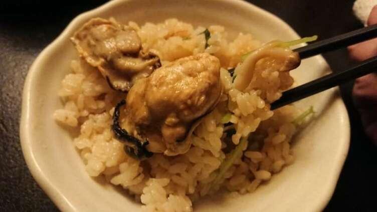 箸で食べる土鍋飯