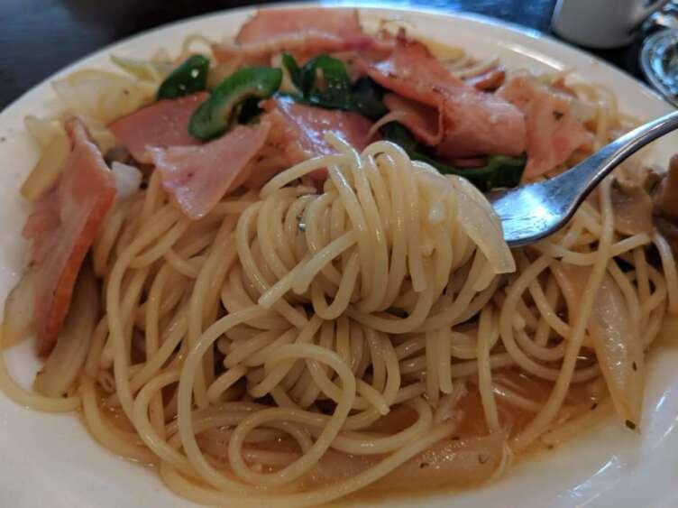 和風ベーコンスパゲティを食べるところ