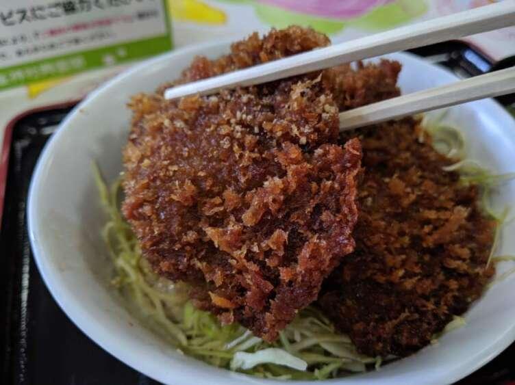三峯神社のしいたけ丼を食べるところ