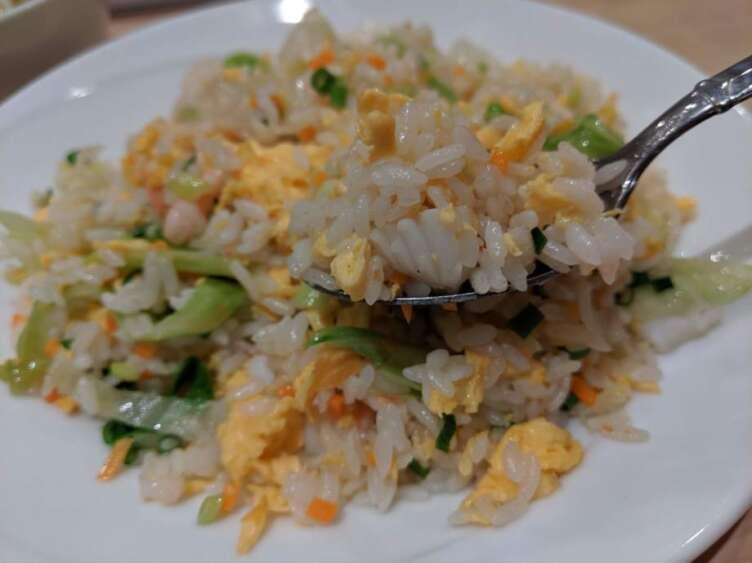 海鮮レタス炒飯を食べるところ