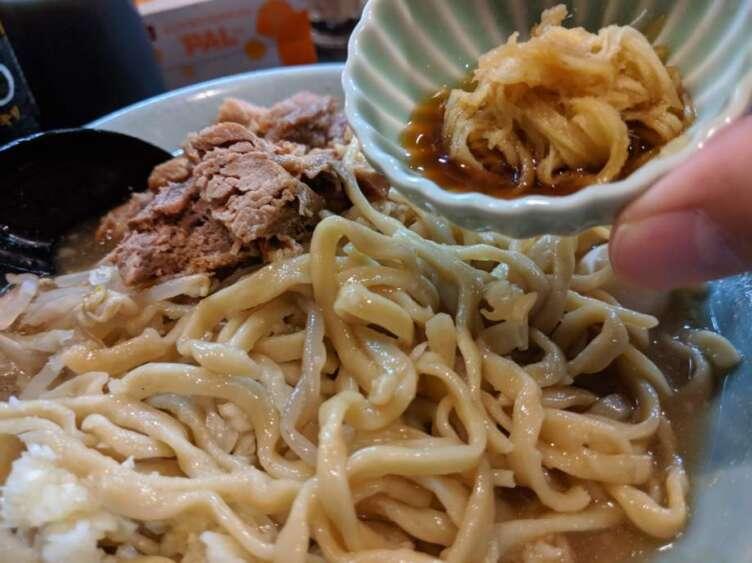自家製麺No11の生姜ダレを入れるところ