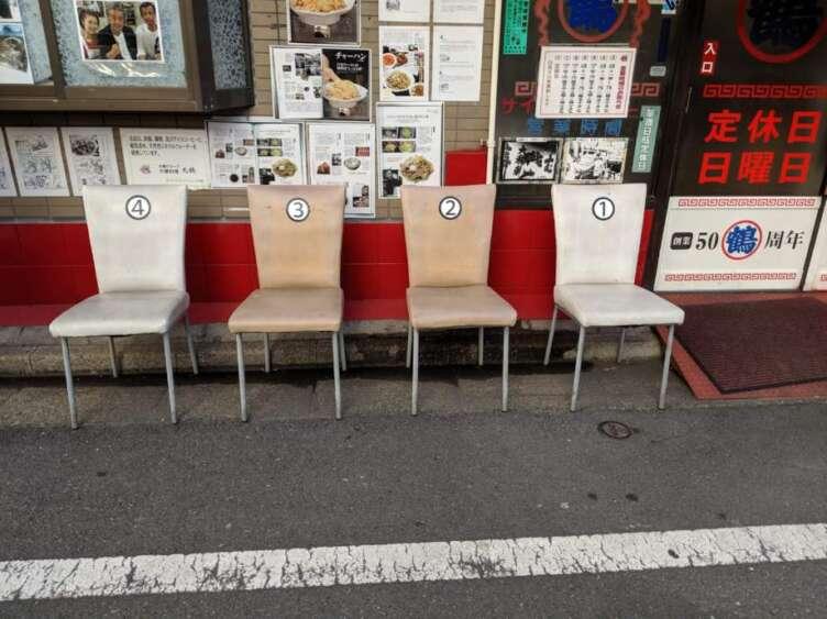 丸鶴の店前の椅子