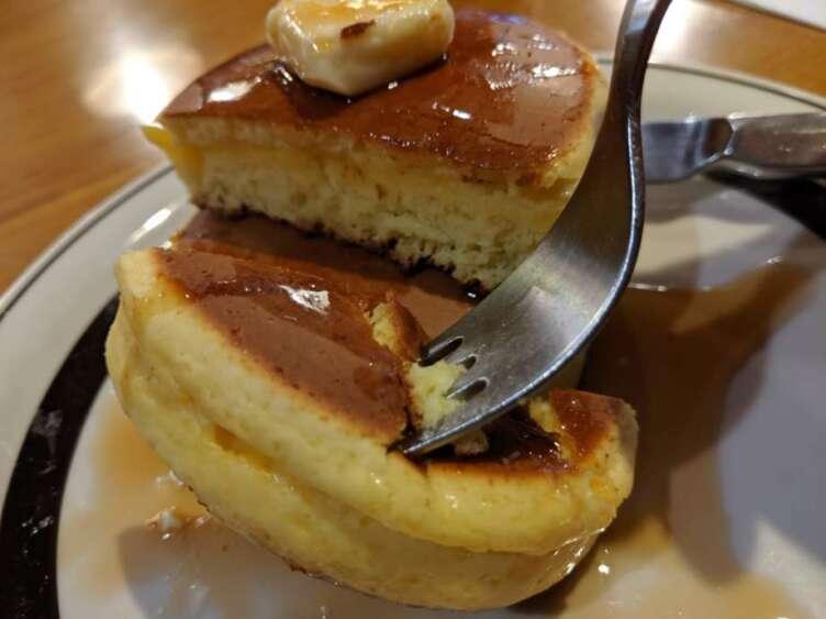 フォークでとるホットケーキ