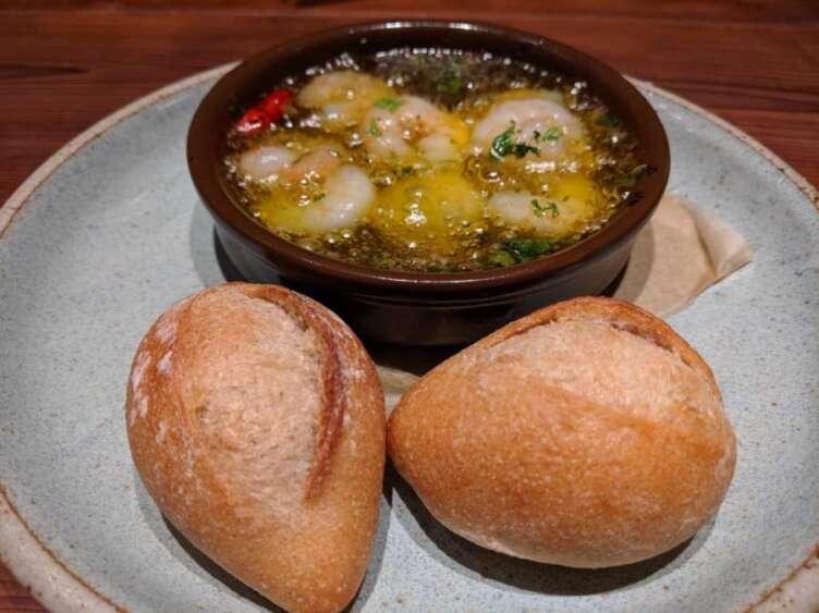 海老のアヒージョとパン