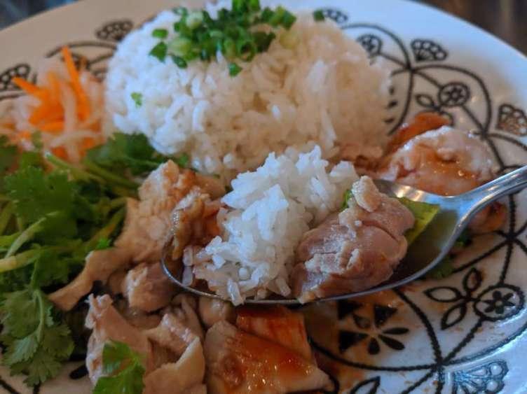 甘辛タレを絡めて食べるカオマンガイ