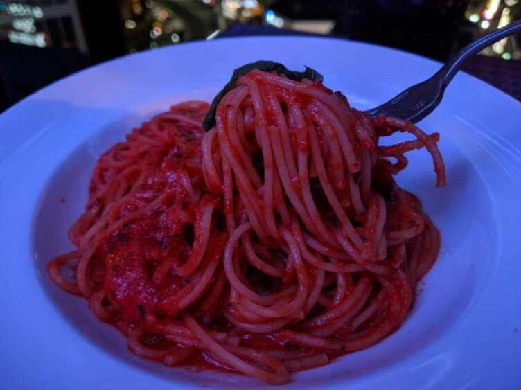 トマトモッツァレラパスタを食べるところ