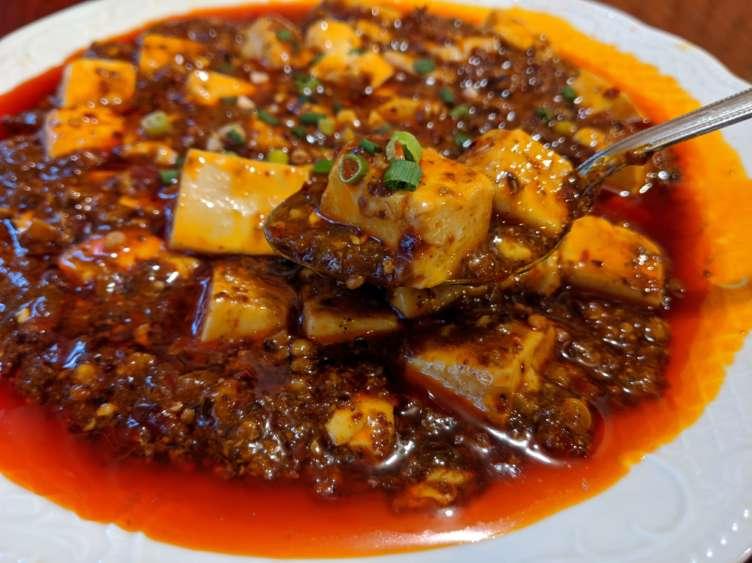 四川風麻婆豆腐を食べるところ