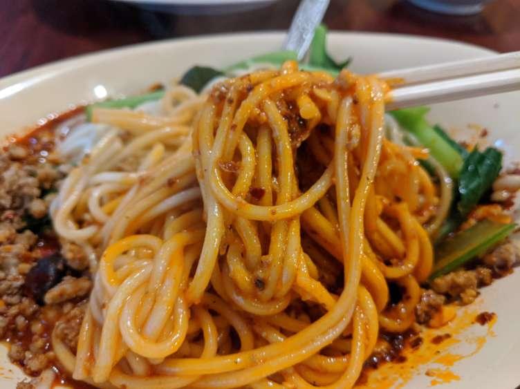 汁なし坦々麺を食べるところ