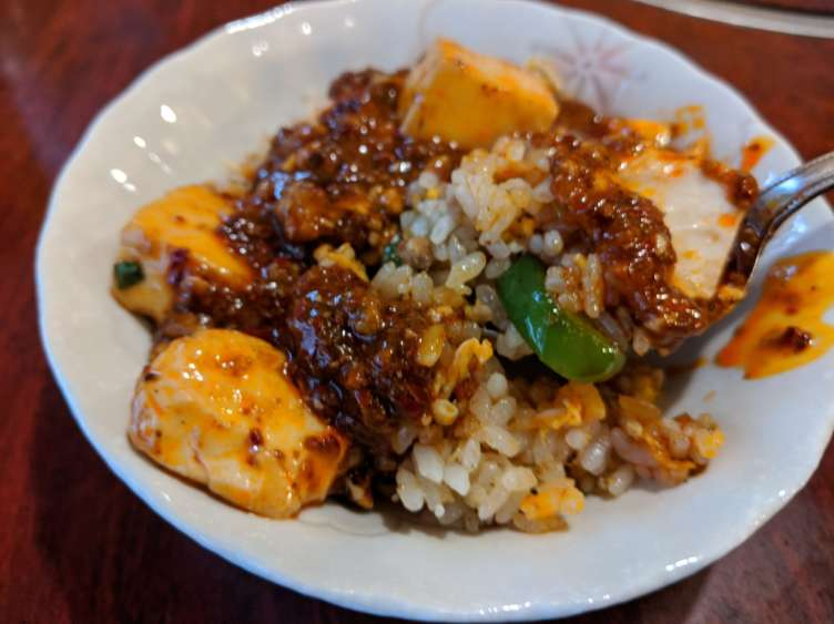 麻婆豆腐をかけた炒飯