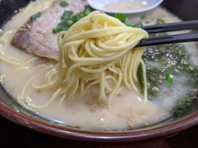 『長浜や』の麺を食べるところ