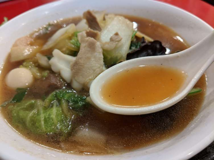 海鮮五目刀削麺のスープを飲むところ