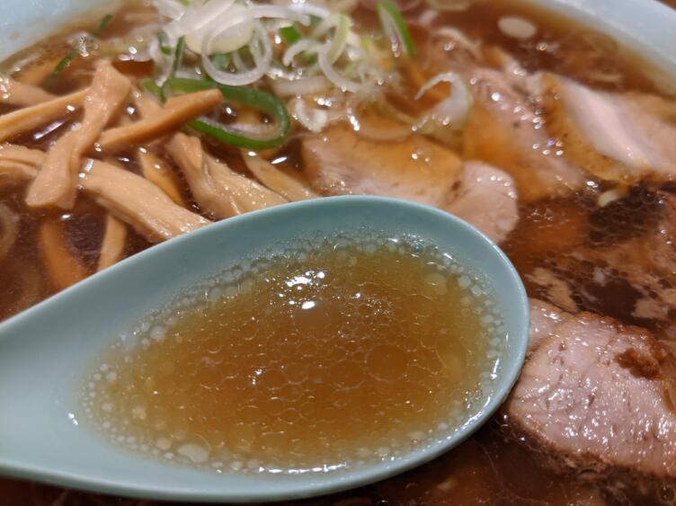 ひろちゃんラーメンのスープをすくうところ
