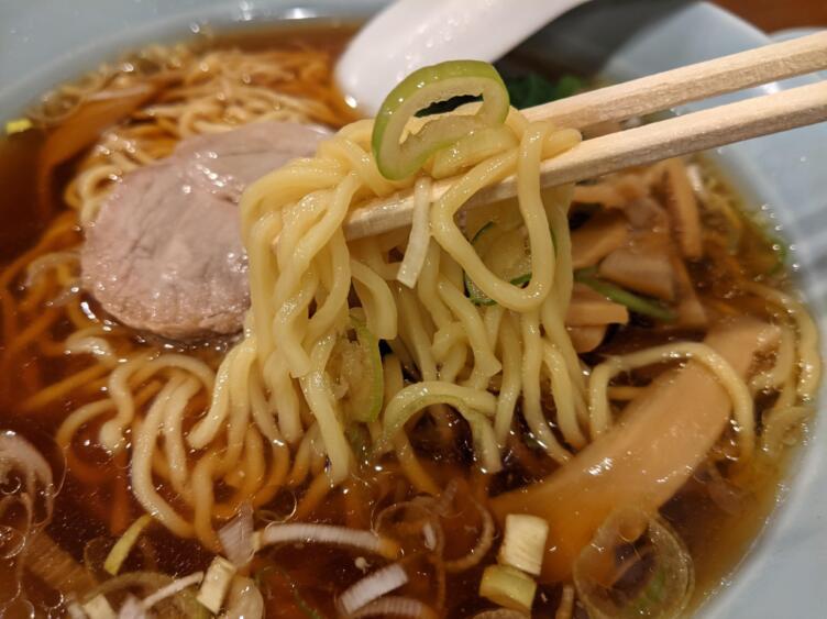 中華そばの麺を食べるところ